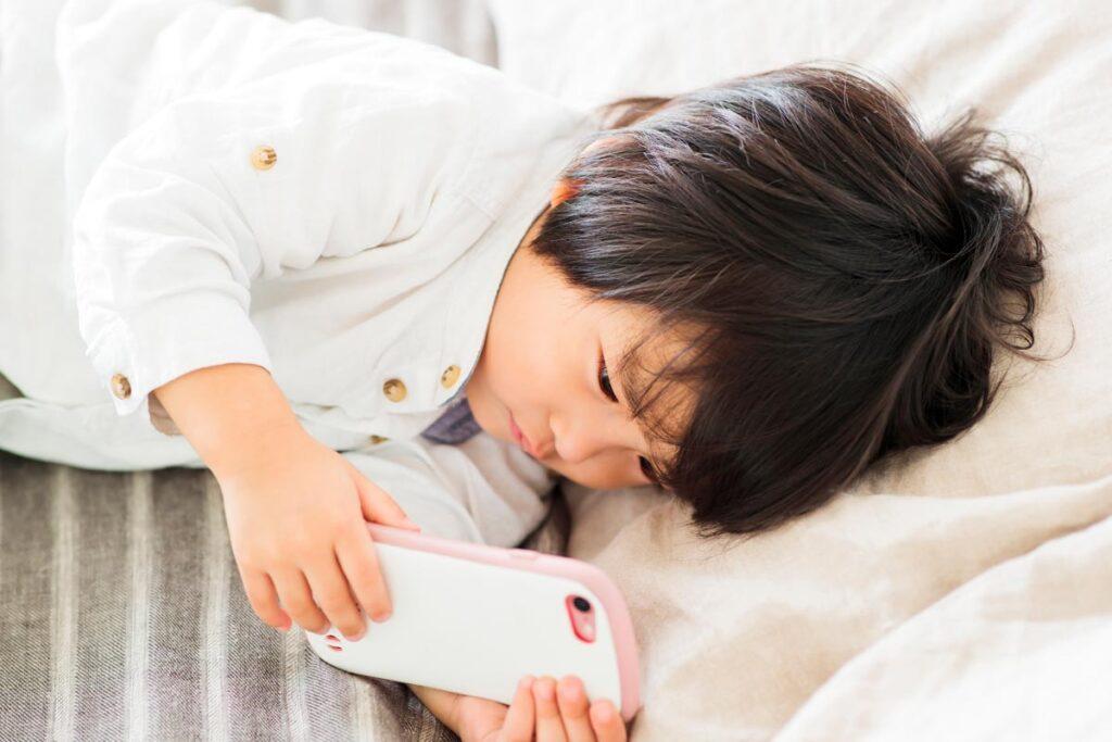 子供の悪い姿勢は健康だけではなく精神にも影響を及ぼす場合があるため正しましょう